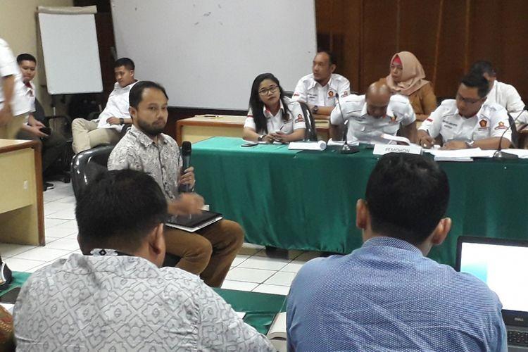 Koordinator Divisi Korupsi Politik ICW Donal Fariz saat menjadi saksi ahli sidang ajudikasi di Kantor Bawaslu DKI Jakarta, Jumat (24/8/2018).