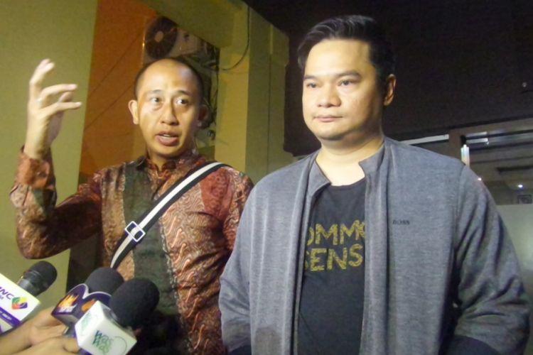 Adik Iwak K, Makki Ibrahim Kusuma (kanan) dan kuasa hukumnya Chris Sam Siwu usia mengunjungi Iwa di Mapolresta Bandara Soekarno-Hatta, Tangerang, Banten, Sabtu (29/4/2017) malam.