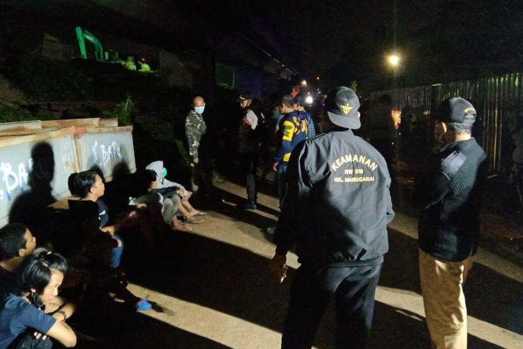 Sejumlah remaja diamankan anggota Polsek Tebet di kawasan Manggarai Selatan, Tebet, Jakarta Selatan pada Selasa (13/4/2021) malam.