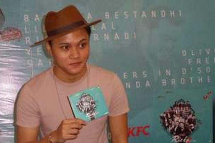 Vokalis Rizky Febian saat diabadikan di sebuah restoran cepat saji di kawasan Kemang, Jakarta Selatan, Jumat (6/1/2017).