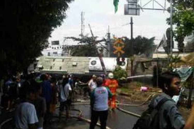 KRL Serpong Tanah Abang terbakar di daerah Ulujami, Jakarta Selatan, sekitar pukul 11.15, Senin (9/12/2013).