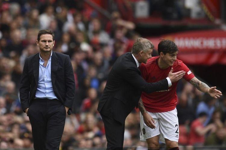 Franl Lampard memerhatikan Ole Gunnar Solskjaer memberi instruksi kepada Victor Lindelof pada laga Manchester United vs Chelsea di Stadion Old Trafford dalam lanjutan Liga Inggris, 11 Agustus 2019.