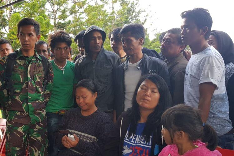 Keluarga korban menanti kabar keluarganya yang berada di Distrik Yigi, Kabupaten Nduga yang dikabarkan tewas dibunuh KKB