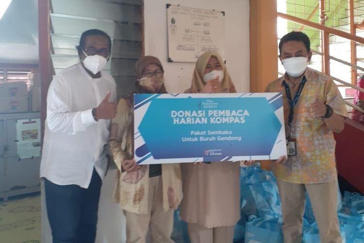 Penyerahan bantuan dari Dana Kemanusiaan Kompas untuk buruh gendong di Yogyakarta, Sabtu (25/9/2021).