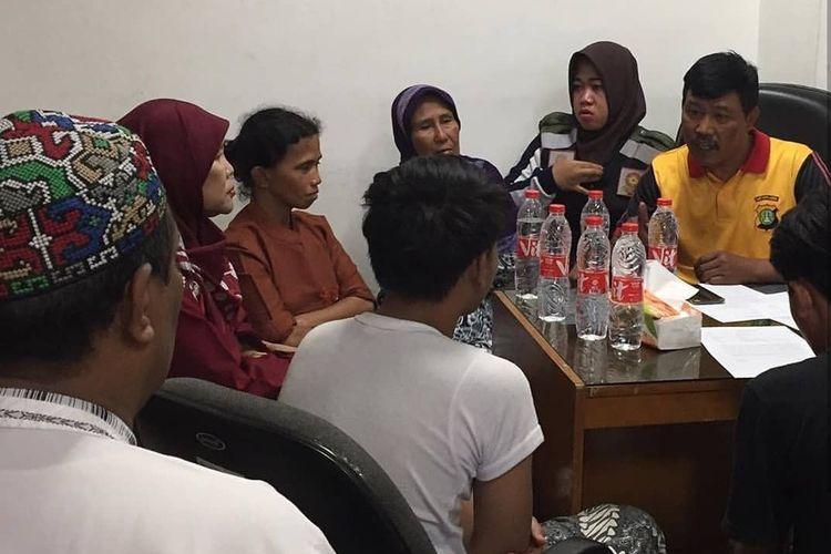 Proses dialog antara ZF, neneknya, pengurus RT dan RW, serta pihak Satpol PP