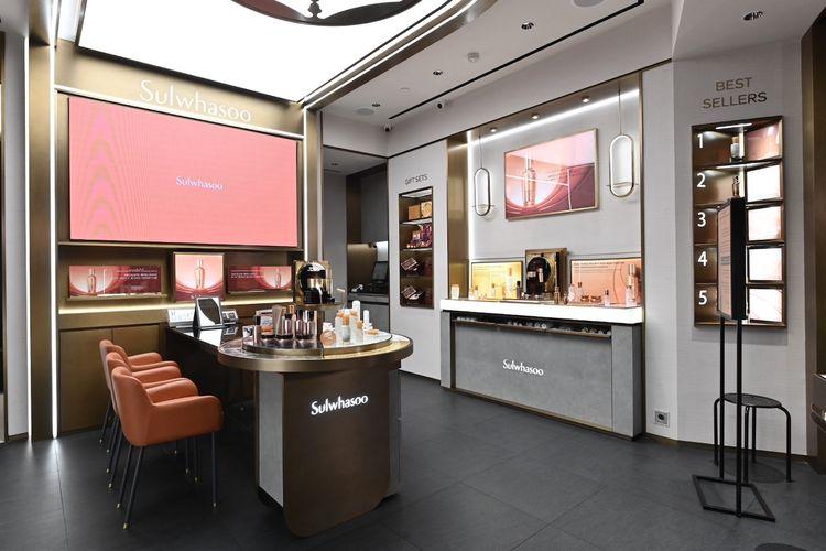 Interior butik Sulwhasoo Plaza Senayan yang terlihat mewah dan eksklusif.