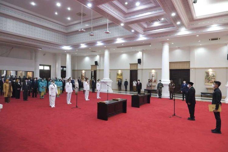 Gubernur Banten Wahidin Halim saat melantik Bupati Pandeglang dan Wali Kota Tangerang Selatan