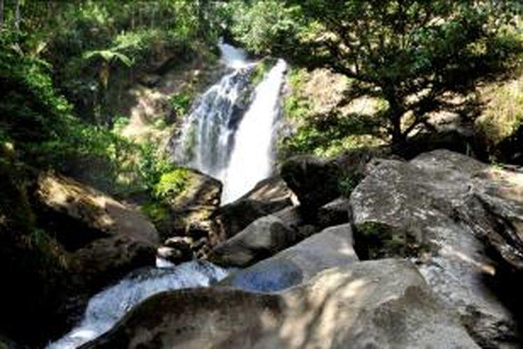 Satu dari tiga deretan air terjun di Gunung Ulunggulaka, Kolaka, Sulawesi Tenggara.