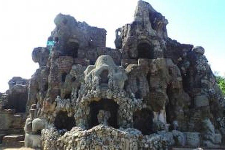Gua Arga Jumut di Kompleks Goa Sunyaragi yang memiliki bentuk bangunan mirip wajah barongsai.
