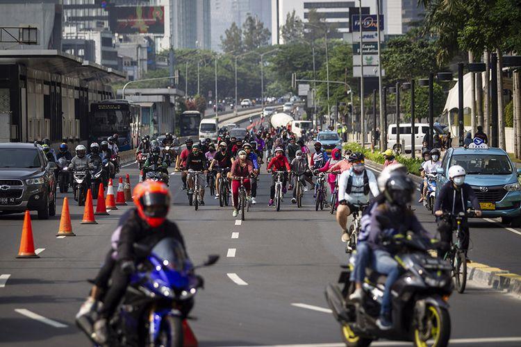 Warga bersepeda melintasi kawasan Bundaran Indonesia, Jakarta, Minggu (13/9/2020). Jelang penerapan Pembatasan Sosial Berskala Besar (PSBB) total yang rencananya dilaksanakan pada Senin (14/9/2020) masih banyak masyarakat yang melakukan olahraga di luar rumah.