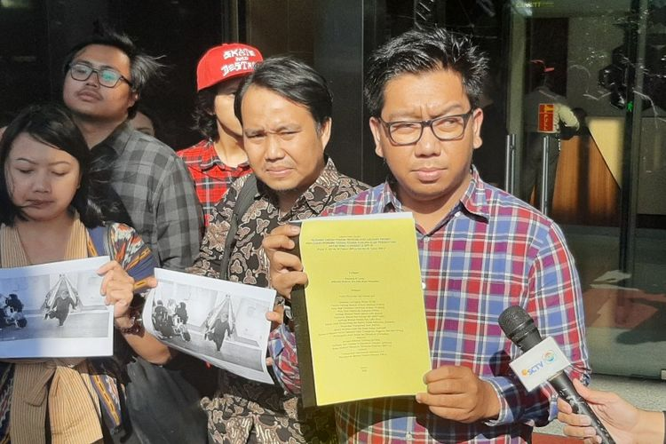 Peneliti ICW Kurnia Ramadhana usai melaporkan Menteri Hukum dan HAM Yasonna Laoly ke KPK, Kamis (23/1/2020).