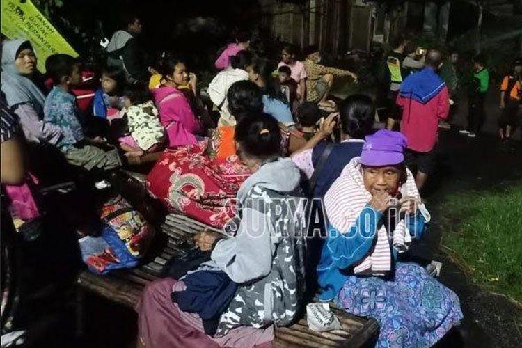 Puluhan warga, lansia dan anak-anak menunggu banjir yang masuk ke dalam rumah surut.