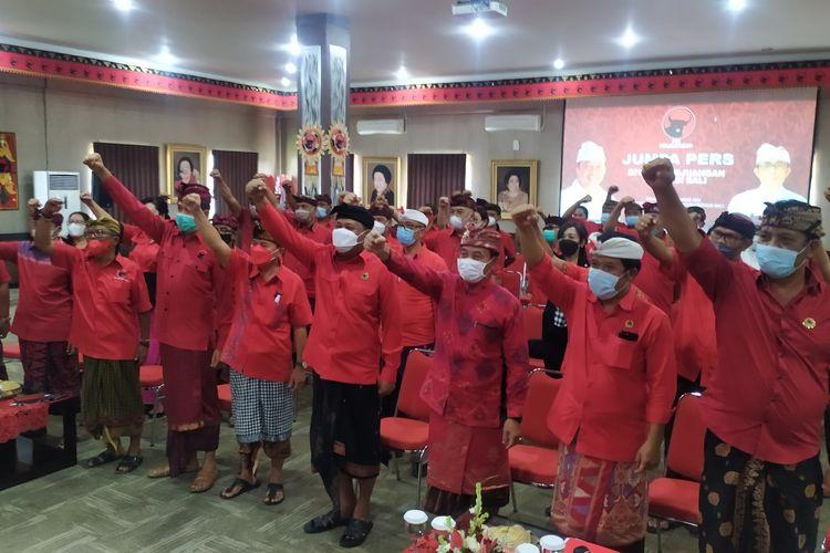 Pengurus DPD PDIP Bali usai memberikan keterangan pers terkait isu diskriminasi yang menerpa Ketua DPD PDIP Bali sekaligus Gubernur Bali Wayan Koster, Selasa (21/9/2021).