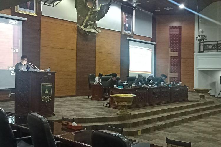 Gubernur Sumbar Irwan Prayitno membacakan jawaban pertanyaan interpelasi dari DPRD Sumbar, Jumat (13/3/2020)