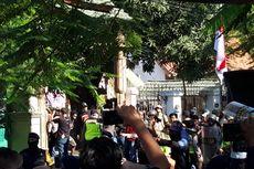 Polisi Tembak Gas Air Mata dan Jebol Pintu Pagar Asrama Mahasiswa Papua di Surabaya