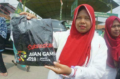 Jokowi Bagi-bagi Kaus Asian Games 2018 di Karawang