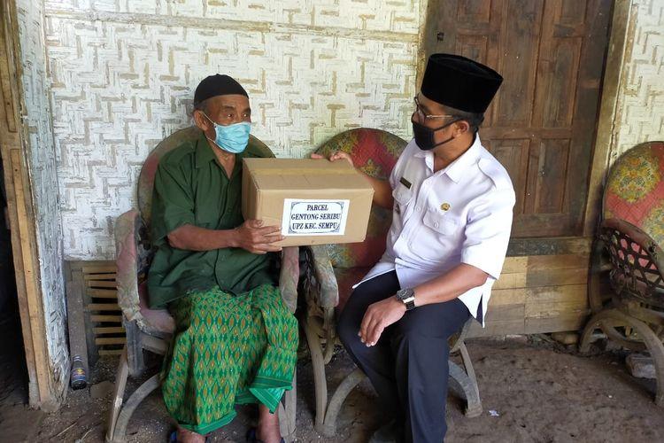 Program Gentong Seribu ini sudah berjalan sejak tiga tahun lalu. Setiap minggu warga menyumbang dan hasilnya dikumpulkan di kas kecamatan.