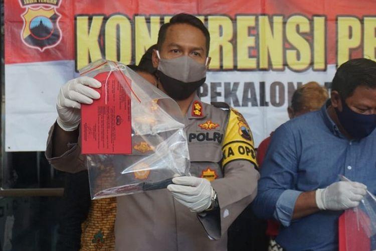 Kapolres Pekalongan Kota Jawa Tengah AKBP Egy Adrian Suez menunjukkan sebilah pisau untuk menghabisi nyawa Arya. Korban tewas di bantaran sungai oleh temannya sendiri NK.