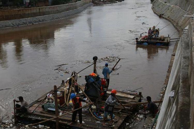 Petugas membersihkan sampah di kawasan Bukit Duri Jatinegara, Jakarta Timur, Kamis (16/2/2017). Banjir di kawasan bukit duri terjadi karena permukiman di sana berada dekat dengan tanggul dan posisinya lebih rendah dari tanggul.