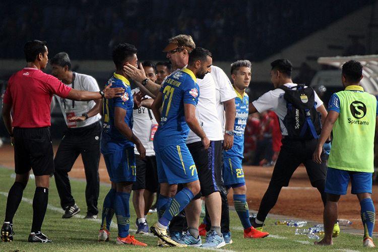 Tim Persib Bandung merayakan gol ke gawang Kalteng Putra FC. (KOMPAS.com/SEPTIAN NUGRAHA)