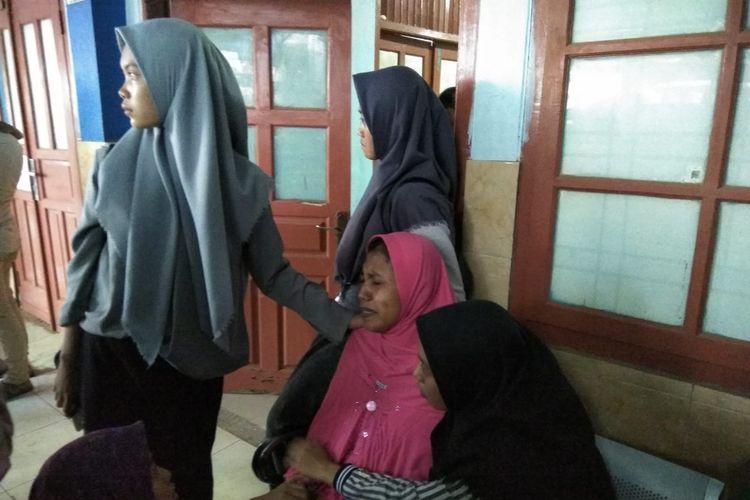 Ibunda Ikbal Firmansyah (18) mahasiswa UIN Radin Intan Lampung yang tewas tenggelam tak mampu menahan kesedihan saat tiba di ruang jenazah RSAM Lampung. Ikbal dan Azrul tewas tenggelam saat perayaan ulang tahun Azrul di tepi embung kampus UIN Radin Intan Lampung, Senin (7/10/2019).