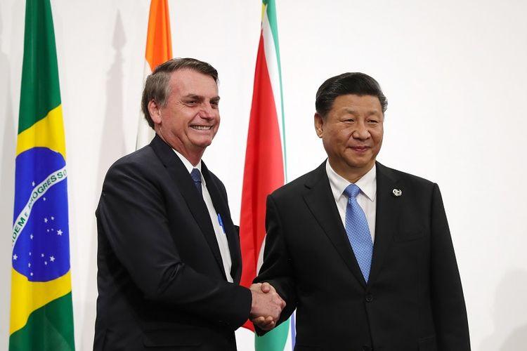 Presiden Brasil Jair Bolsonaro (kiri) berjabat tangan dengan Presiden China Xi Jinping saat pertemuan BRICS di KTT G20 di Osaka, Jepang, Jumat (28/6/2019).