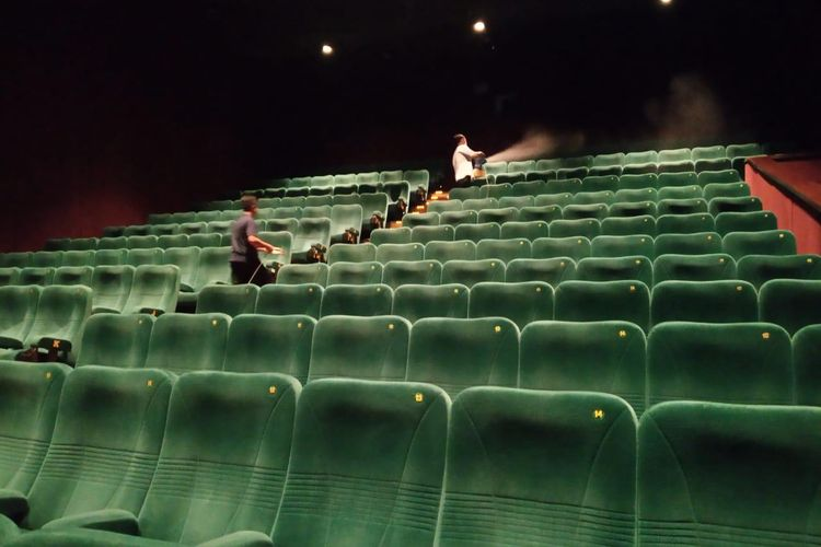 Bioskop XXI disemprot dengan cairan disinfektan untuk mengantisipasi penyebaran virus corona.