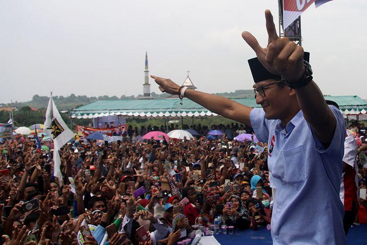 Cawapres nomor urut 02, Sandiaga Salahuddin Uno menyapa simpatisan saat kampanye terbuka di Desa Sedayu Lawas, Kecamatan Brondong, Kabupaten Lamongan, Jawa Timur, Selasa (26/3/2019). Kampanye tersebut dihadiri oleh ribuan pendukung serta simpatisan dari berbagai parpol pengusung pasangan Prabowo-Sandiaga Uno.