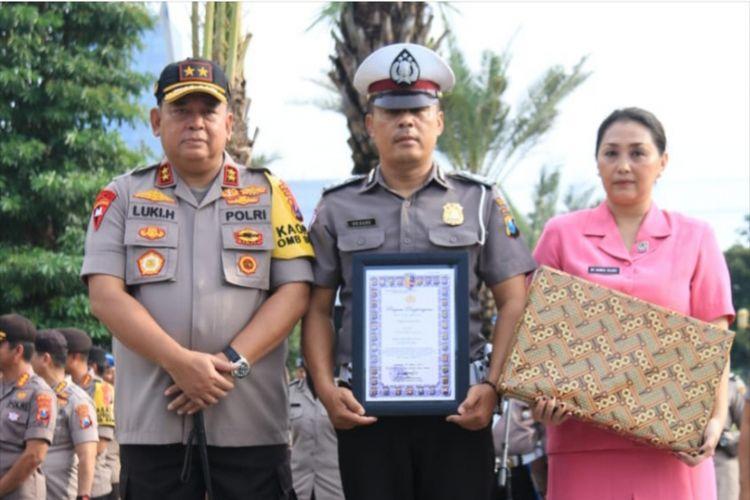 Aiptu Sujadi (tengah) menerima penghargaan dari Kapolda Jatim, Irjen Luki Hermawan (kiri), Senin (11/3/2019)