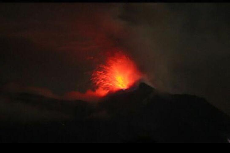 Foto : Bunga api yang keluar dari gunung Ile Lewotolok, Minggu malam.