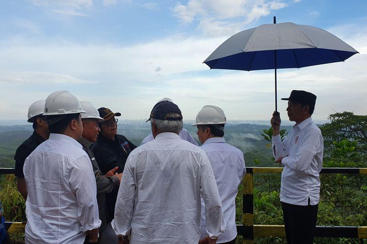 Presiden Joko Widodo meninjau lokasi kluster pemerintahan di calon ibu kota baru di Kecamatan Sepaku, Penajam Passer Utara, Kalimantan Timur, Selasa (17/12/2019).