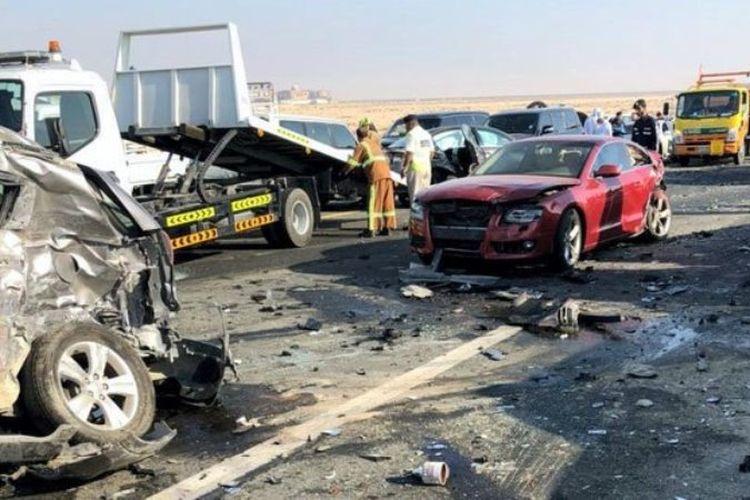 Lebih dari 40 kendaraan terlibat dalam tabrakan beruntun akibat kabut tebal di ruas jalan Shiekh Mohammed bin Rashid di Abu Dhabi, Selasa (6/2/2018).
