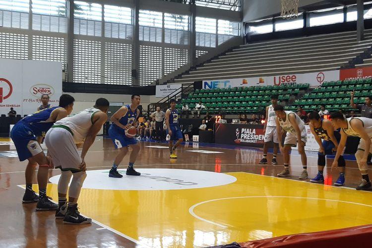 Laga antara Louvre Basketball Surabaya vs Prawira Bandung di hari kedua Piala Presiden Bola Basket 2019 di GOR Sritex Arena, Solo, Kamis (21/11/2019)