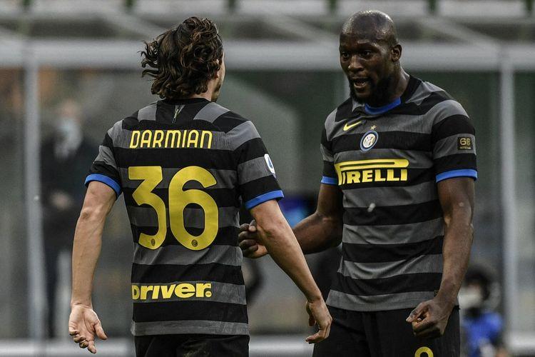 Matteo Darmian dan Romelu Lukaku merayakan gol kedua Inter Milan saat bersua Genoa pada pekan ke-24 Liga Italia di Stadion San Siro, Minggu (28/2/2021) malam WIB.