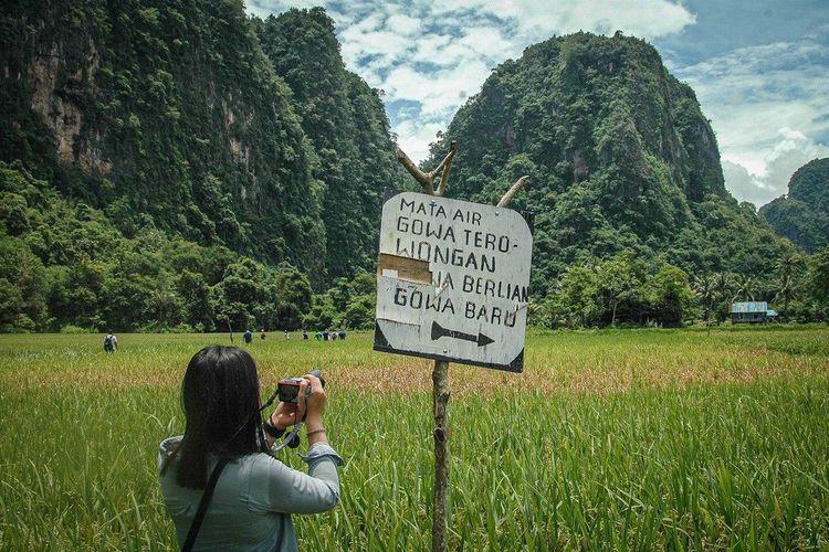 Rammang-Rammang di Kabupaten Maros, Sulawesi Selatan, menawarkan panorama gugusan pegunungan kapur atau karst.