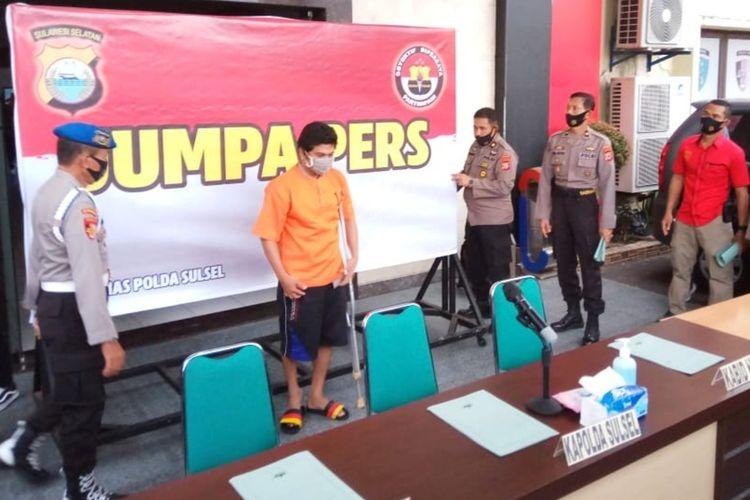 KMA (oranye) pelaku teror panggilan video cabul terhadap belasan mahasiswi Universitas Islam Negeri Alauddin Makassar saat diamankan di Polrestabes Makassar, Kamis (8/10/2020).