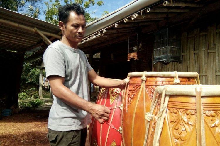 Maman Hadi Darmanto (45), warga Dusun Jatiteken, Desa Laban, Kecamatan Mojolaban, Kabupaten Sukoharjo, Jawa Tengah menunjukkan hasil karya kendangnya.