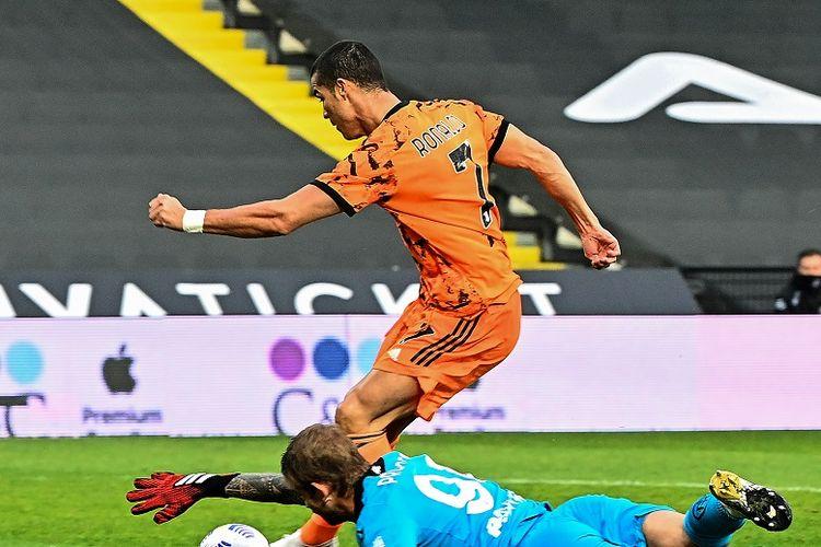 Striker Juventus Cristiano Ronaldo (tengah) menembak dan mencetak gol melewati kiper Spezia Ivan Provedel dalam pertandingan Serie A antara Spezia vs Juventus di Stadion Dino Manuzzi di Cesena pada 1 November 2020.