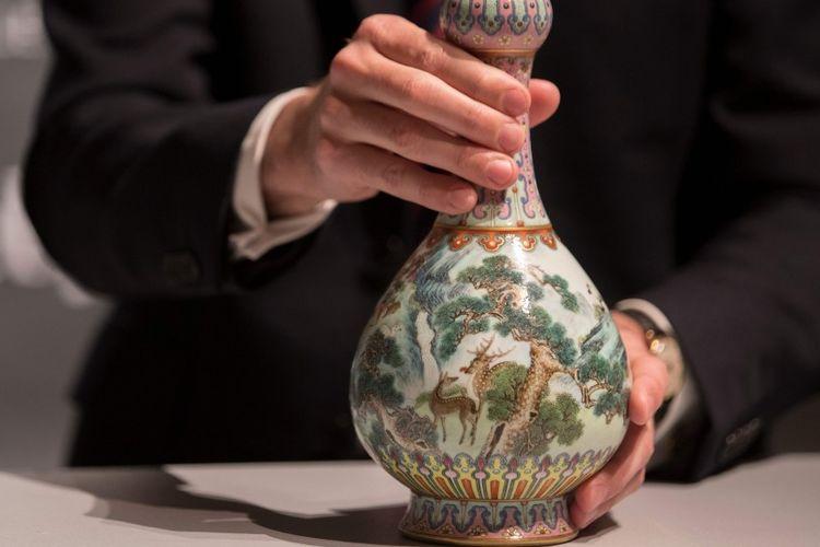 Vas antik China dari abad ke-18 dipamerkan oleh rumah lelang Sothebys di Perancis.