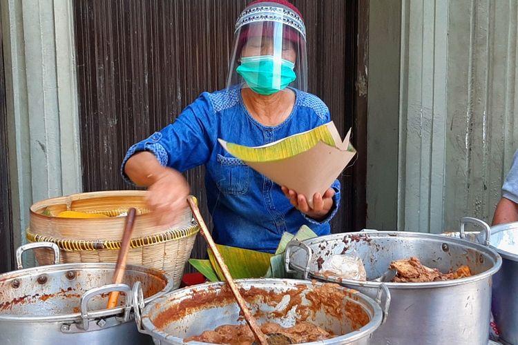 Sudarmi, penjual gudeg di Jalan Urip Sumoharjo, kota Yogyakarta yang berjualan dengan mengenakan masker dan face shield. Hal ini dilakukanya untuk melindungi diri dan pembeli ditengah pademi Covid-19