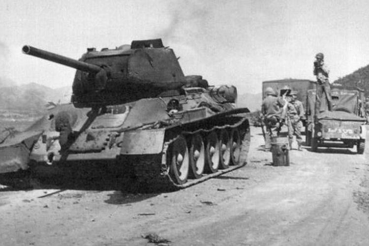 Sebuah tank T-34 buatan Uni Soviet milik Tentara Rakyat Korea Utara (NKPA) dihancurkan pasukan marinir AS saat bergerak maju dari Incheon menuju Seoul pada September 1950.