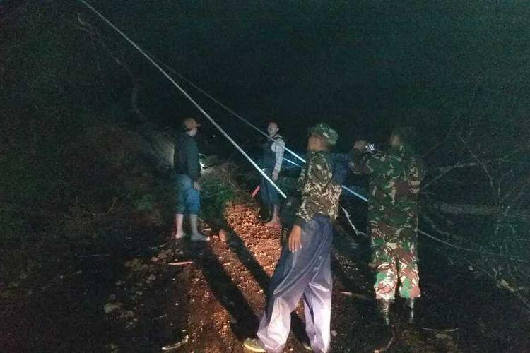 Material longsor menutup jalan menuju dataean tinggi Dieng, tepatnya di tanjakan Sikelir, Desa/Kecamatan Wanayasa, Kabupaten Banjarnegara, Jawa Tengah, Rabu (8/1/2020) malam.