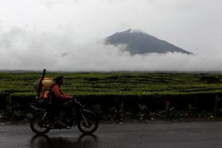 Panorama Gunung Kerinci, dari Desa Kersik Tuo, Kecamatan Kayu Aro, Kabupaten Kerinci, Jambi, Kamis(1/3/2012). Gunung Kerinci yang berbentuk strato vulkano, mempunyai karakter letusan bersifat eksplosif, diselingi dengan adanya aliran-aliran lava.