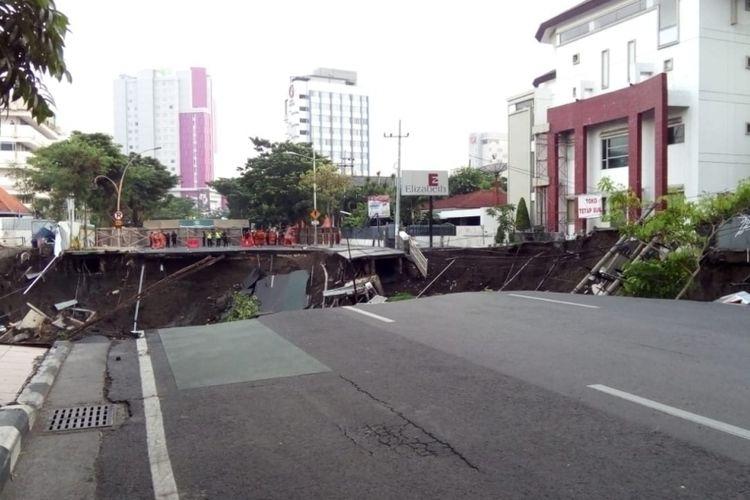 Sebagian badan jalan di Gubeng, Surabaya, mendadak ambles pada Selasa (18/12/2018) malam