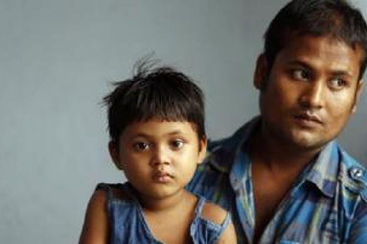 Abdul Rahim, seorang pengungsi Rohingya dengan putrinya, Morja, di sebuah apartemen di Kuala Lumpur