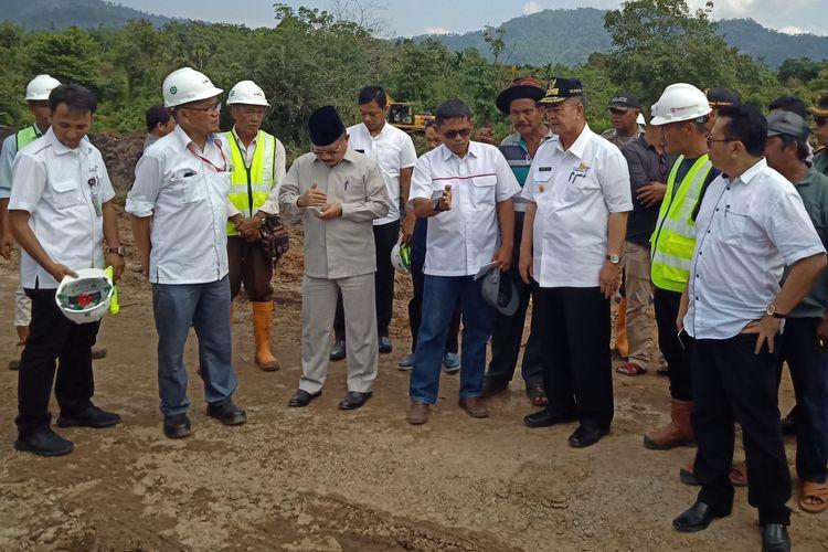 Wakil Gubernur Sumbar Nasrul Abit meninjau pelaksanaan pembangunan jalan tol Padang-Pekanbaru di Padang Pariaman, Sumatera Barat beberapa waktu lalu.