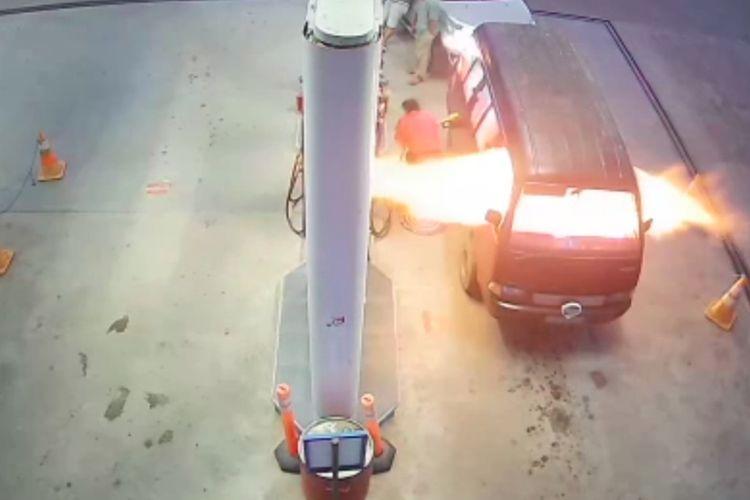 Mobil jenis Carry warna merah dengan plat nomor BG 2993 MA terbakar saat mengisi bensin di SPBU Desa Teluk Kijing III, Kecamatan Lais, Kabupaten Musi Banyuasin, Sumatera Selatan.