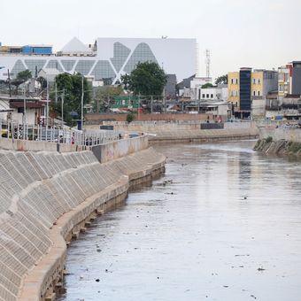 Wajah kini normalisasi Sungai Ciliwung di Bukit Duri, Tebet, Jakarta Selatan, Kamis (26/10/2017). Warga Bukit Duri yang mengajukan gugatan class action (gugatan yang diajukan seseorang atau sekelompok kecil orang atas nama sebuah kelompok besar) telah dimenangkan majelis hakim di Pengadilan Negeri Jakarta Pusat pada Rabu (24/10/2017). Mereka berhak untuk menerima ganti rugi setidaknya Rp 18,6 miliar. KOMPAS IMAGES/KRISTIANTO PURNOMO