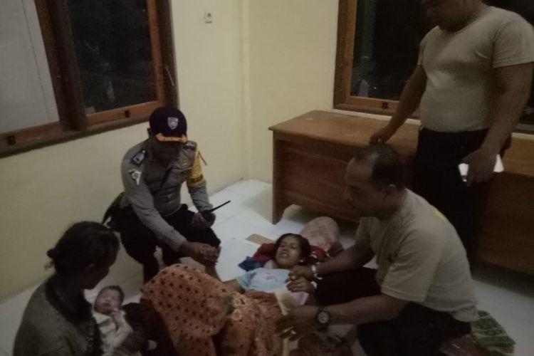 Rosalia Hermina Susila Watiuman (27), seorang ibu asal Desa Tagawiti, Kecamatan Ile Ape, Kabupaten Lembata, Nusa Tenggara Timur (NTT), lahirkan seorang bayi laki-laki di kantor pos polisi Ile Ape, Selasa (31/12/2019) malam