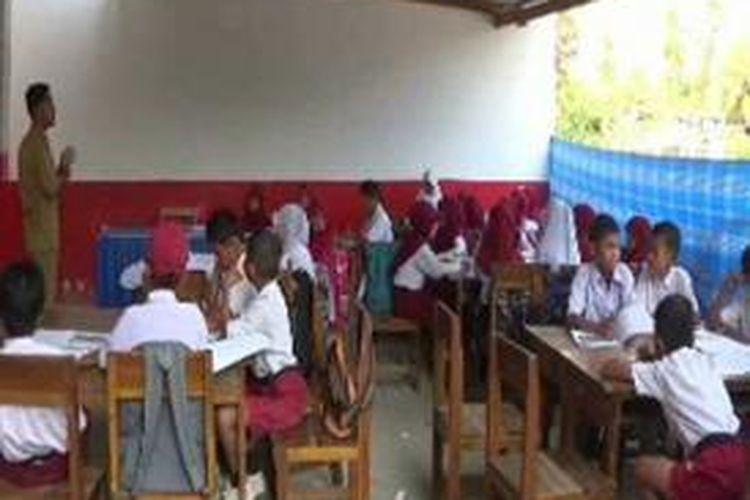 Lantaran sekolahnya ambruk sejak agustus lalu para siswa SD Negeri 60 Lembang, Kecamatan Banggae Timur, Majene terpaksa belajar di runag UKS hingga di tempat parkir.